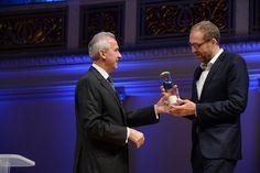 acatech Präsident Reinhard F. Hüttel übergibt den Pokal an den PUNKT-Gewinner Christoph Kucklick.