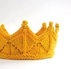 Orné de pompons précieux et ciselé de dentelle, cette dentelle jaune or Couronne en tricot est sûre de vous transformer en redevances sur des