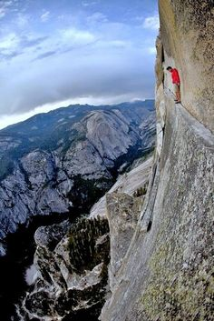 Alex Honnold free climbing Half Dome at Yosemite National Park Base Jump, Escalade, All Nature, Jolie Photo, Rock Climbing, Mountain Climbing, The Great Outdoors, Trekking, National Parks
