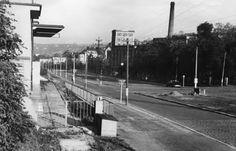 Zde si policejní fotograf stoupl poblíž trafostanice (levý okraj snímku), která tu stojí jako jedna z mála původních staveb dodnes. Vlevo můžete vidět ulici V Holešovičkách ve směru na centrum Prahy.