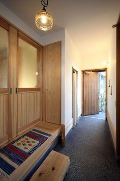 広がる土間と薪ストーブを楽しむ暮らし Minimalist House Design, Minimalist Home, Traditional Japanese House, Zen House, House Entrance, Entrance Hall, Concrete Slab, Door Gate, Simple House