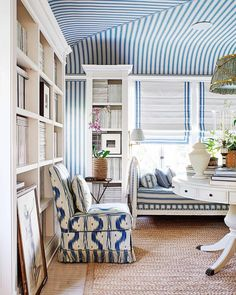 Have you ever seen a window seat you didn't like? In fact, having a window seat is up there at the top of our wish list for the new house, along with a… Mark Sikes, Hollywood Hills Homes, Living Spaces, Living Room, Design Blog, Design Art, Architectural Digest, Interiores Design, Chinoiserie