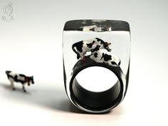 Almfriede – Ungewöhnlicher Kuh-Ring mit zwei schwarz-weißen Miniatur-Kühen auf schwarzen Ring in Gießharz