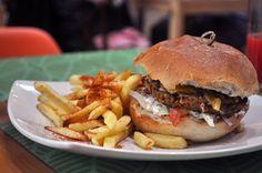 Veggies Burguer (hambúrguer feito com mix de grãos e legumes grelhados e picados na faca, queijo derretido, cebola caramelizada, alface e tomate).