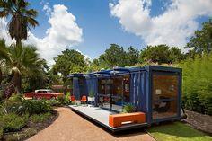 Maison d'amis avec des containers