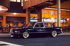 BMW E21 z dílny Stance Works - radost pohledět.