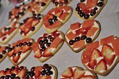 Fruit pizza snacks for Valentine's Day classroom celebrations Valentines Healthy Snacks, Holiday Snacks, Valentines Day Activities, Valentines Day Treats, Valentine Cookies, Valentine Ideas, Valentine Party, Class Snacks, Classroom Snacks