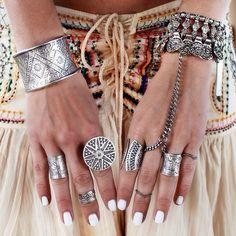 des bagues accumulées pour un look bohème  Plus de découvertes sur Le Blog des Tendances.fr #tendance #mode #blogueur
