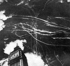 O céu de Londres, após um bombardeio e combate aéreo entre aviões britânicos e alemães em 1940.