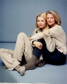 Gwyneth Paltrow and her mother Blythe Danner Fashion Lady's Tribute to Top 10 Mom-Daughter Dyads photo by Annie Leibovitz Mother Daughter Poses, Mother Daughter Pictures, Mother Daughter Photography, Mother And Child, Mother Daughters, Mothers, Family Posing, Family Portraits, Family Photos