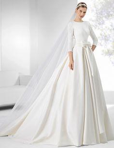 Trajes de novia con falda amplia y fajín drapeado con lazo.