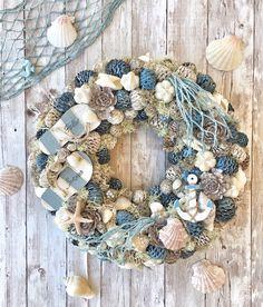 [New] The 10 Best Home Decor Ideas Today (with Pictures) - Nyár Fall Room Decor, Pine Cone Art, Nautical Wreath, Beach House Decor, Home Decor, Crafty Craft, Cute Crafts, Door Wreaths, Burlap Wreath