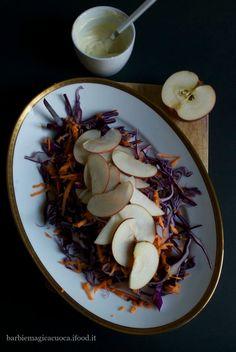 Slaw di cavolo cappuccio viola, mele e carote