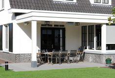 Het prachtige wit van deze villa doet bijna koloniaal aan. De contrasterende luiken en kozijnen geven villa Beemdhof een eigen persoonlijk karakter. U kunt zelf zien hoe het...