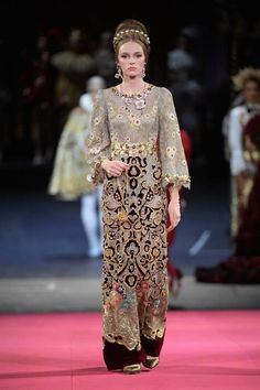 Dolce & Gabbana - Alta Moda Herbst / Winter 2020 Couture - New Ideas Vogue Fashion, Fashion 2020, Runway Fashion, Fashion Show, Dolce & Gabbana, Elie Saab, Types Of Dresses, Nice Dresses, Vogue Paris
