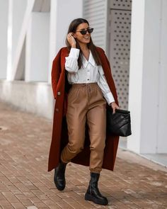 Autumn Fashion Casual, Winter Fashion Outfits, Fall Winter Outfits, Autumn Winter Fashion, Autumn Street Style, Street Style Women, Smart Attire, Beige Outfit, Joggers Outfit