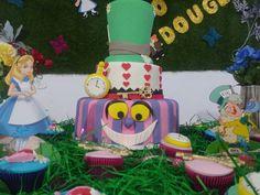 #alicenopaisdasmaravilhas #chapeleiromaluco #cupcake #feliperochadecorcakee #boloalicenopaisdasmaravilhas #bolochapeleiromaluco