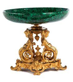 Höhe: 34 cm. Durchmesser: 35 cm. 19. Jahrhundert. Der Fuß figürlich gearbeitet in Bronze, vergoldet, im Barock-Stil, in Form zweier Knaben mit Unterleib in...