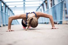 Junge athletische Frau macht einen Push-up.