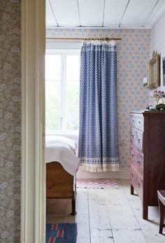 Love the blue curtains, patterns and vintage furnishings! Swedish Bedroom, Swedish Cottage, Swedish House, Swedish Farmhouse, Swedish Decor, Up House, Of Wallpaper, Wallpaper Designs, Beautiful Wallpaper