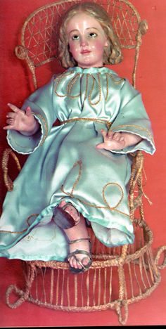 Virgen Niña, imagen de vestir que perteneció a la Rvda. Madre Mercedes del Niño Jesús Guerra, fundadora de las Hnas. Terciarias Franciscanas de la Caridad. Está sentada en una silla que la Madre realizó en rafia y calza sandalias de plata. La llevó de Santiago del Estero a Córdoba, y de allí a Buenos Aires (Casa Madre).
