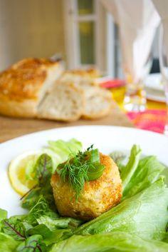 Hämmentäjä: Pikantit kalakakut ja rapujuhlat. Tasty fish cakes and crayfish party serving.
