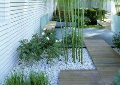 Une allée de jardin japonaise