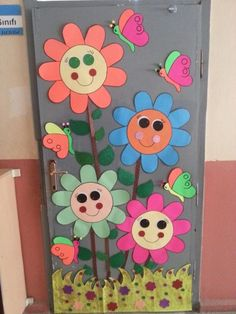 Our door decoration - New Deko Sites Board Decoration, Class Decoration, School Decorations, Paper Flowers Craft, Flower Crafts, Paper Crafts, Preschool Door, Preschool Crafts, Diy And Crafts