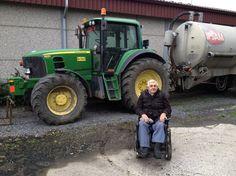 Willy hielp nog elke dag op de hoeve van zijn zoon, maar nu kan hij enkel nog met zijn elektrische rolstoel rondrijden.