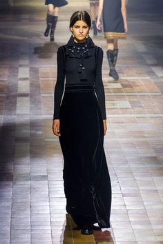 View all the catwalk photos of the Lanvin autumn (fall) / winter 2015 showing at Paris fashion week. Timeless Fashion, Love Fashion, Runway Fashion, Fashion Show, Autumn Fashion, Fashion Trends, Paris Fashion, Lanvin, Podium