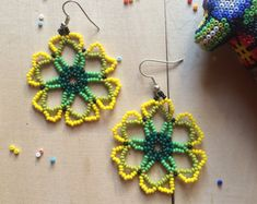 Mexican earrings flower handmade beaded by by ArtesaniaHUICHOL Mexikanische Ohrringe Blume handgefertigt Perlen von ArtesaniaHUICHOL Beaded Jewelry Patterns, Beading Patterns, Flower Earrings, Beaded Earrings, Mexican Flowers, Native Beadwork, How To Make Necklaces, Seed Bead Jewelry, Beads And Wire