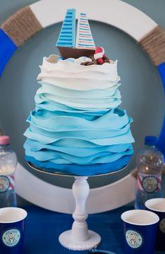 La torta in tema mare per il babyshower di Francesco. Colori sfumati nella tonalità del blu riproducono le onde fatte in pasta di zucchero da @dolcementemarta, allestimenti e complementi @favoledilegno, foto @fibrediluce