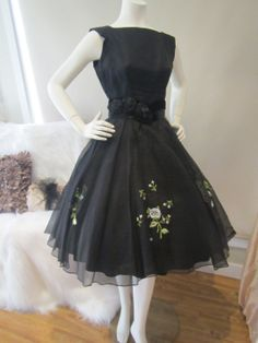 Vintage Bombshell Black Embroidered by OldHollywoodGlam. 50s Dresses, Pretty Dresses, Beautiful Dresses, Vintage Dresses, Vintage Outfits, 50 Fashion, Retro Fashion, Vintage Fashion 1950s, 50s Vintage