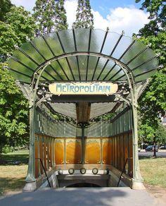 """Art Nouveau :Entrada da estação """"Porte Dauphine"""" do Metropolitano de Paris, 1900-1912. A principal característica desse estilo é o abandono de linhas retas, predominando as linhas curvas e assimétricas e uso de formas orgânicas ."""