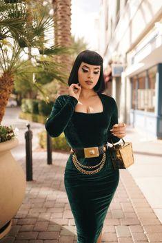 Cute Fashion, Retro Fashion, Vintage Fashion, Emerald Green Velvet Dress, Modest Formal Dresses, Straight Bangs, Capsule Outfits, Rockabilly Fashion, Simple Outfits
