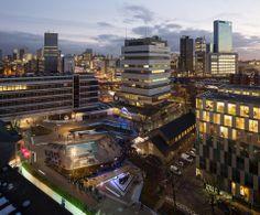 Het Benthemplein in Rotterdam-Noord is omgevormd tot een groot waterplein. Als het hard regent, dient het plein als tijdelijke waterberging om de riolering te ontlasten. #architecture #rotterdam