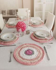 Table coasters are very easy to make with different shades of pink Zpagetti Crochet Motifs, Crochet Flower Patterns, Crochet Doilies, Crochet Flowers, Crochet Decoration, Crochet Home Decor, Crochet Crafts, Crochet Projects, Crochet Food