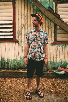 black shorts, a bright tropical shirt with short sleeves, a bright cap and black strappy sandals Comfy Travel Outfit, Travel Outfit Summer, Mens Outdoor Fashion, Mens Fashion, Fashion 2014, Style Fashion, Billabong, Summer Outfits Men, Men's Outfits