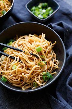 15-Minuten Spaghetti mit würziger Erdnuss-Sauce. Dieses würzige 7-Zutaten Rezept ist herrlich cremig und absolute Soulfood! - Kochkarussell.com #peanutbutter #noodles #spaghetti #soulfood #erdnussbutter