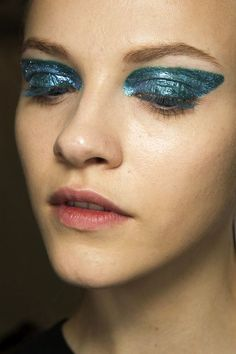 LE FASHION BLOG BACKSTAGE BEAUTY SHIMMERY STATEMENT EYES DIOR FW 2014 5