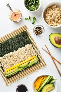 Spicy Mango & Avocado Brown Rice Sushi (Vegan Gluten-Free) - Delivery Food - Ideas of Delivery Food - Spicy mango and avocado sushi. Homemade sushi makes for such a fun delicious lunch! Brown Rice Sushi, Rice For Sushi, Healthy Snacks, Healthy Eating, Healthy Drinks, Plats Healthy, Vegetarian Recipes, Healthy Recipes, Vegetarian Sushi Rolls