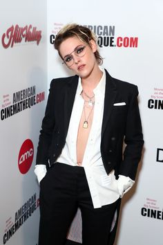 Kristen Stewart Wears Her Shirt Unbuttoned While Honoring Pal Charlize Theron: Photo Kristen Stewart shows off her chic style while stepping out for the 2019 American Cinematheque Award Presentation on Friday night (November at the Beverly Hilton… Kristen Stewart Hair, Kirsten Stewart, Kristen Stewart Fashion, Estilo Tomboy, Beauté Blonde, Pelo Pixie, Elizabeth Gillies, Charlize Theron, Slytherin