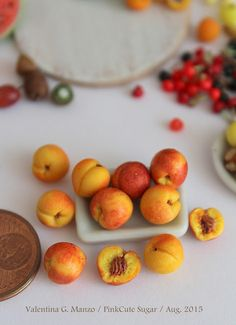 Tiny handcrafted peaches for your dollhouse Miniature Kitchen, Miniature Crafts, Miniature Food, Barbie Food, Doll Food, Tiny Food, Fake Food, Polymer Clay Miniatures, Polymer Clay Crafts