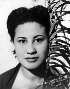 Dolores Duran Dolores Duran, que se apresentava no Little Club, no Beco das Garrafas, em Copacabana  [Rio de Janeiro], 15 de julho de 1957. Correio da Manhã Exposiçoes Virtuais - Arquivo Nacional