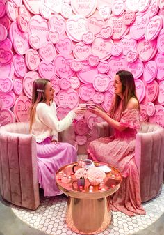 Is there a better place to celebrate Galentines or Valentines in London. Elan cafe in Knighsbridge is what you should check out! Instagram Wand, Makeup Studio Decor, Backdrop Frame, Backdrop Decor, Photowall Ideas, Corporate Event Design, London Cafe, Boutique Decor, Makeup Rooms