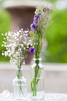 wedding table decorations. purple and white flowers in vases