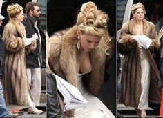 Com figurino anos 1970, Jennifer Lawrence aparece no set de novo filme ao lado de Bradley Cooper e Amy Adams | Chic - Gloria Kalil: Moda, Beleza, Cultura e Comportamento