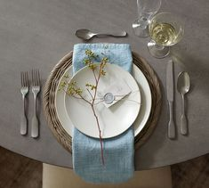 The charger is an easy layer for a table setting, whether with colorful or plain white dinnerware. Dinner Table, A Table, Round Table Settings, Casual Table Settings, Outdoor Table Settings, Place Settings, Round Pedestal Dining Table, White Dinnerware, Thanksgiving Tablescapes