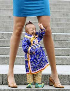Der kleinste Mann der Welt unter der Frau mit den längsten Beinen der Welt.