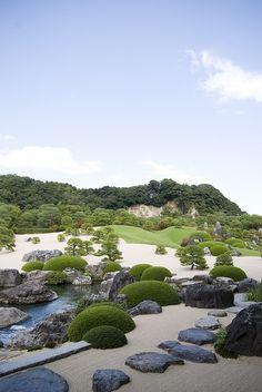 Garden of the Adachi musuem of Art Gardens of the Adachi Museum of Art, Yasugi, Shimane, Japan Zen Garden Design, Japanese Garden Design, Diy Garden, Garden Care, Garden Plants, Japanese Gardens, Landscape Architecture, Landscape Design, Adachi Museum Of Art